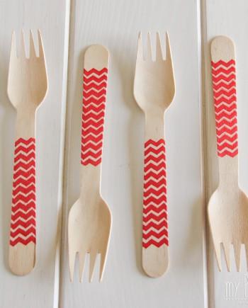 Tenedor de madera chevron rojo
