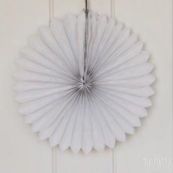 Abanico de papel de color blanco. Ideal para combinar con pompones de seda y nidos de abeja y así decorar tus fiestas.