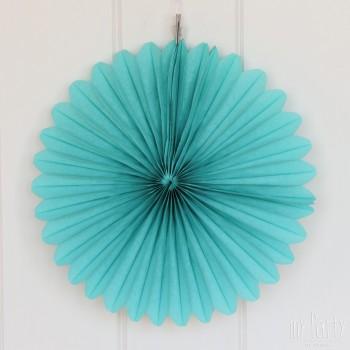 Abanico de papel de color azul. Ideal para combinar con pompones de seda y nidos de abeja y así decorar tus fiestas. Se puede colgar de la pared o pegar. El abanico de papel viene doblado.