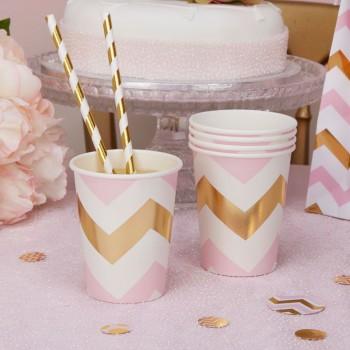 vaso de papel rosa y dorado